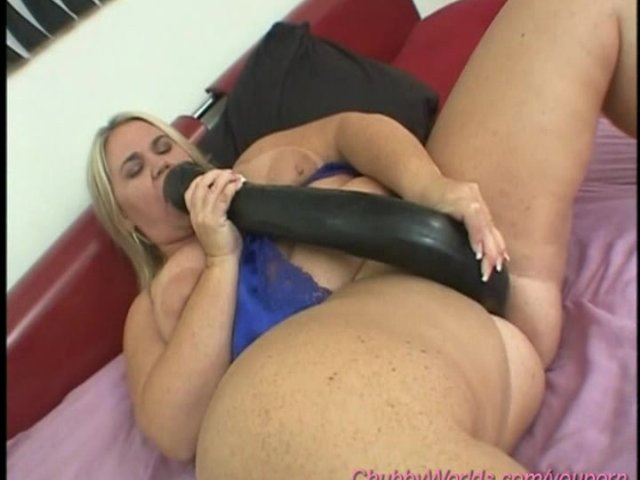 chubby girl takes a monster dildo Porno online