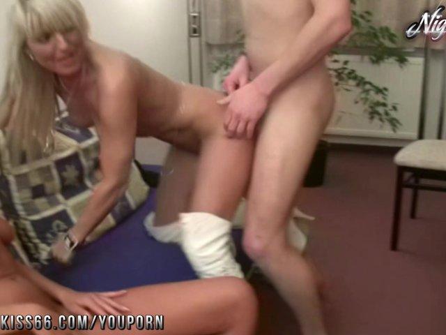 Zwei blonde MILFs teilen sich einen jungen Mann