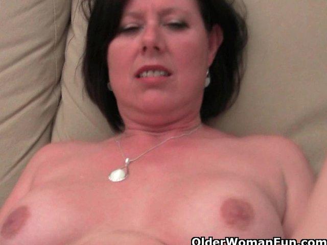 Haarige Mutti masturbiert auf dem Sofa