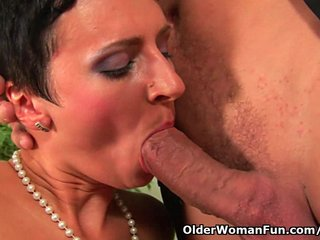 Facial Hot Mom Mature video: Soccer mom gets a full load of cum in her mouth
