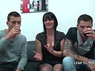 Handjobs Big Boobs French video: Mature cougar aux gros seins branle 2 jeunots